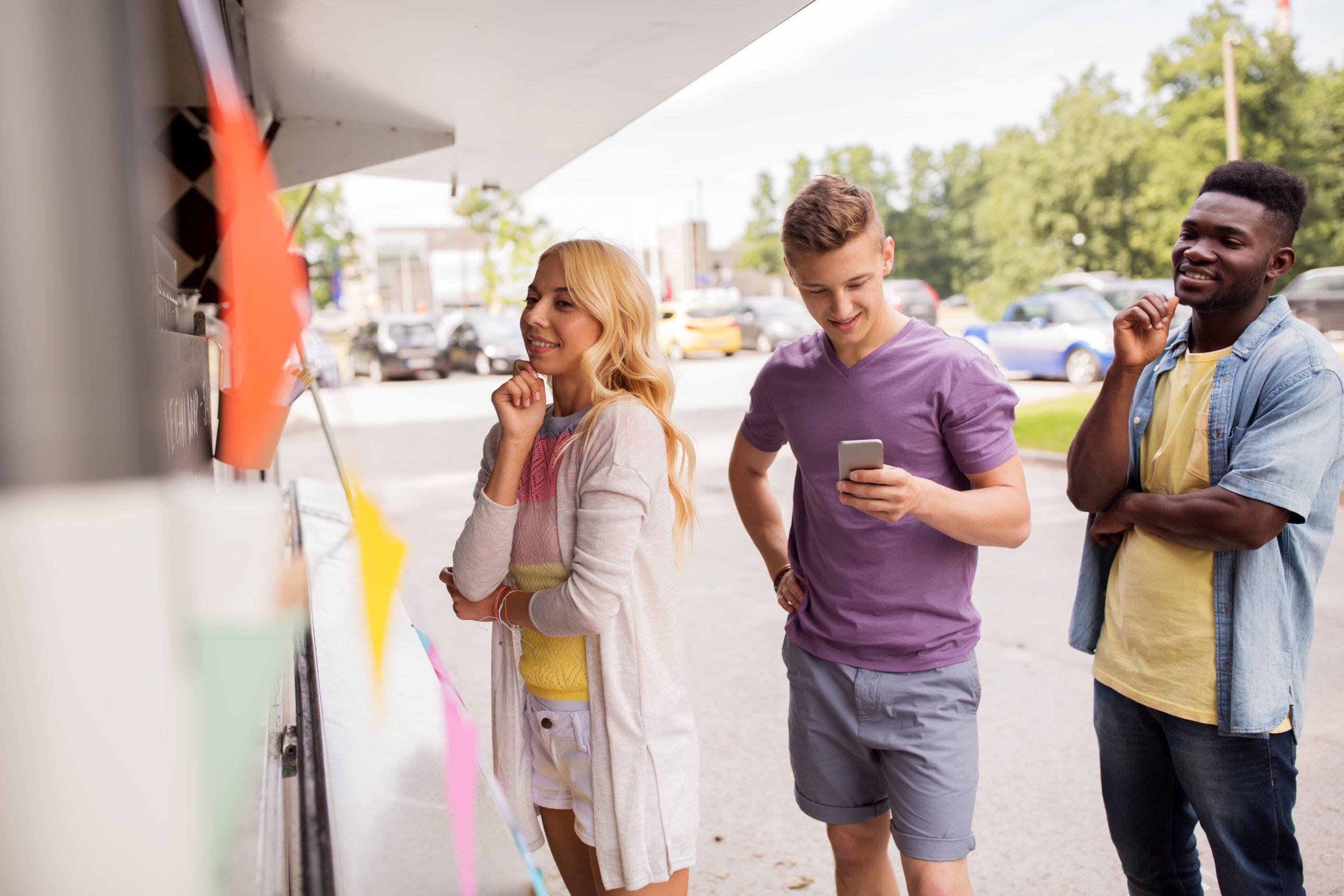 klanten aan ijskar