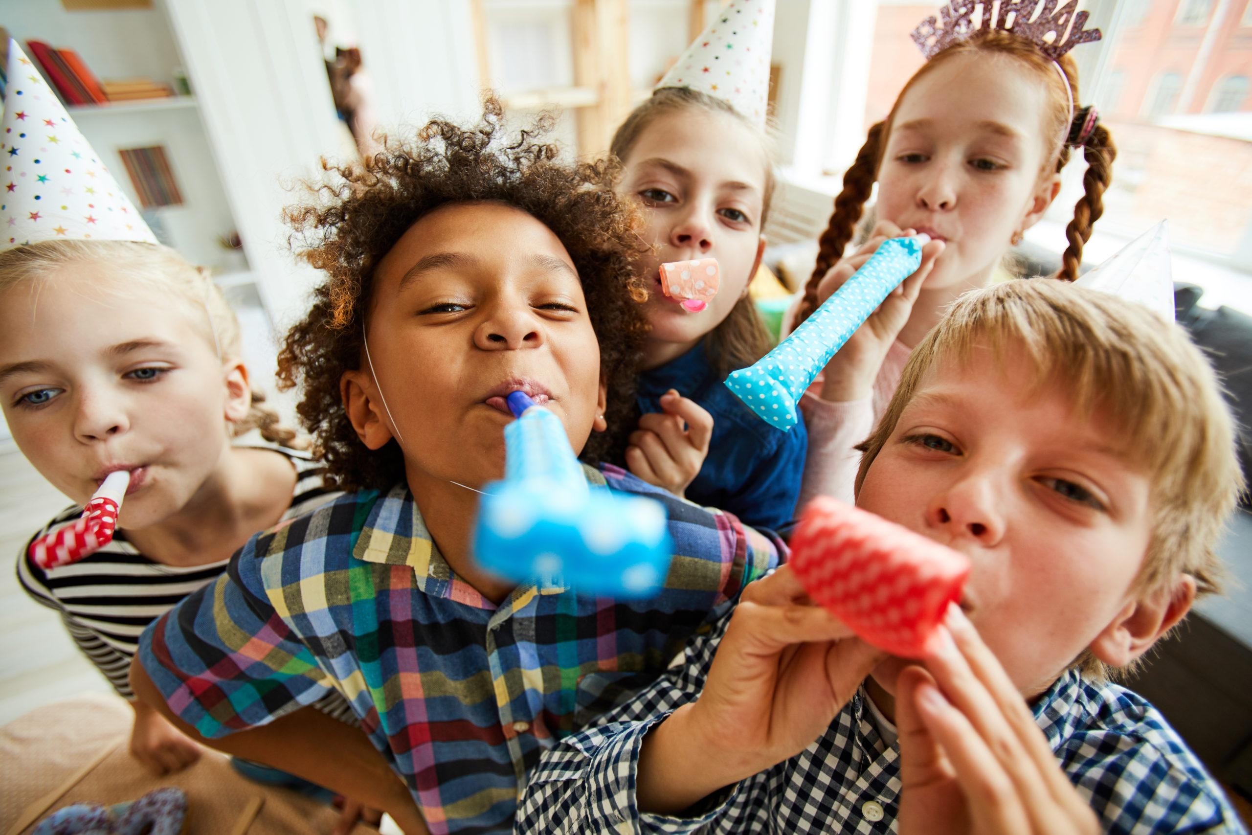 kinderfeestje - kinderen blazen op toeters